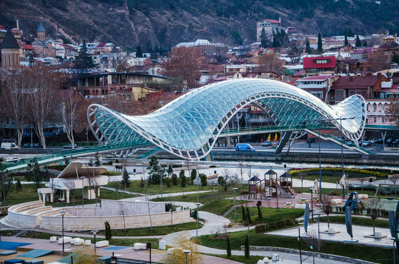 https://realeksperti.ge/wp-content/uploads/2016/09/Tbilisi_Mtskheta_23_Bridge_of_Peace.jpg